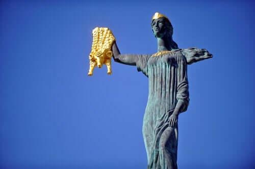 Medea heykeli