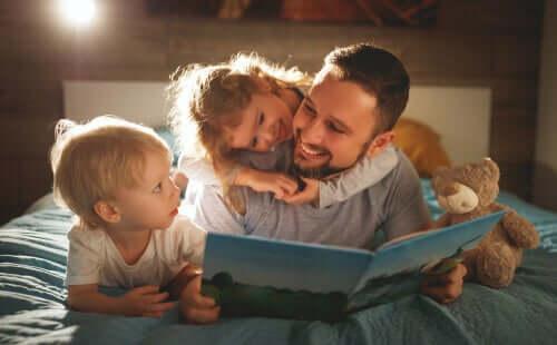 Çocuklarının okuduğunu anlaması için onlarla kitap okuyan bir baba.