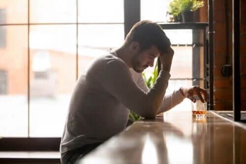 Alkolizm hakkında kendini kandırmak için uğraşan bir adam.