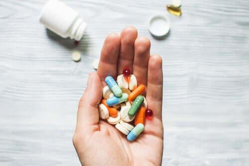 avuç içinde renkli ilaçlar ve psikotropik ilaç