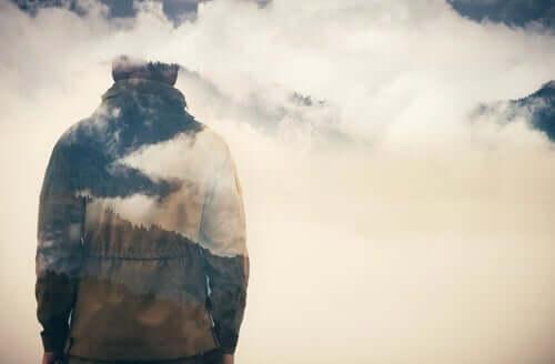 Bulutlara bakan bir kişi.