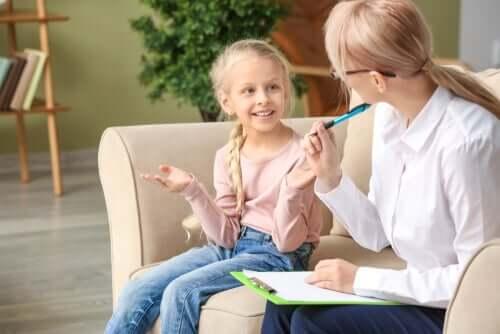 terapisti dinleyen çocuk