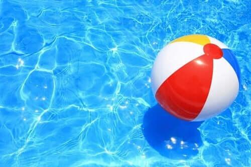 Bir havuzda yüzen bir plaj topu.