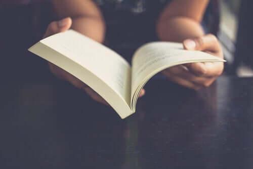 kitap okuyan insan ve eli