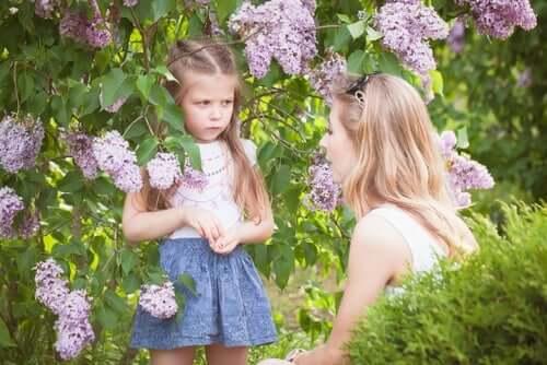 Bir kadını dinleyen küçük bir kız çocuğu.