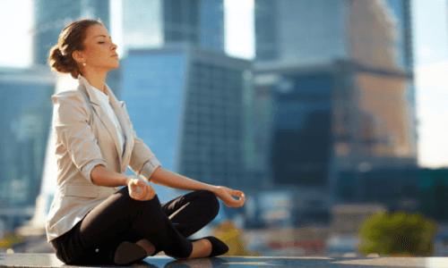 Meditasyon yapan bir kadın.