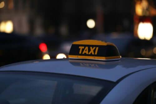 taksi işareti olan sarı taksi ve en stresli 10 meslek