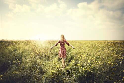 Tarlada yürüyen kadın