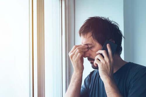üzgün insan telefonla konuşuyor