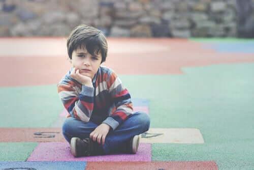 üzgün çocuk yerde oturuyor ve WISC testi