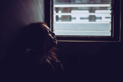 üzgün kadın gözlerini kapatmış ve bilinmezlik korkusu