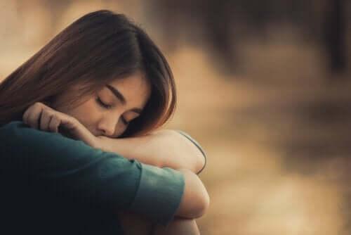 Üzgün görünen bir kadın.