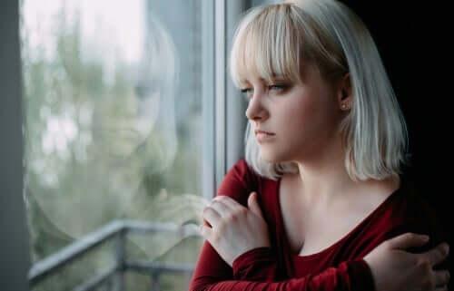 üzgün kız camdan dışarı bakıyor ve elektrokonvülsif terapi