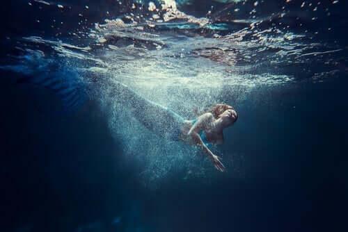 Deniz kızı yüzerken