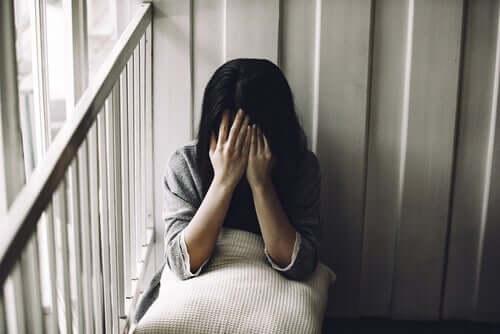 Yardım istemek yerine tek başına oturan bir kadın.