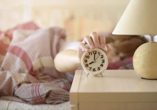 Saatinin alarmını kapatan bir kadın.