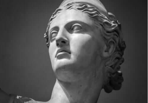 Tanrıça Artemis'in yüzünün bir heykeli.
