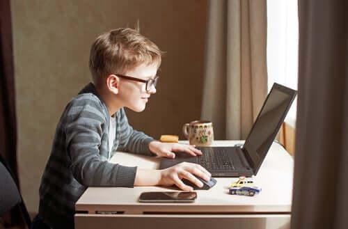 bilgisayar başındaki bir çocuk