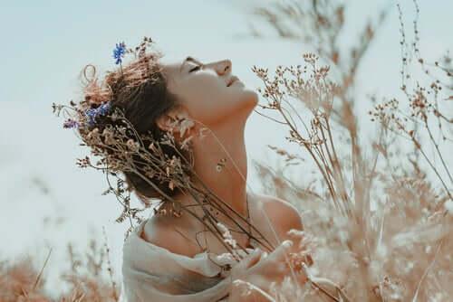 Saçında çiçekler olan bir kadın.