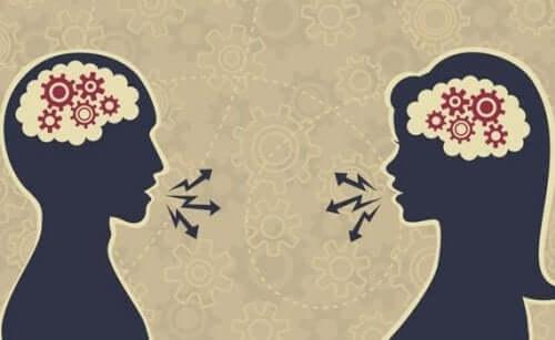 Düşünerek konuşan iki kişi.