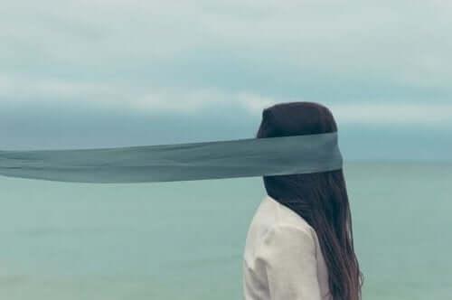 narsistik tuzak ve gözü kapalı yürüyen kadın