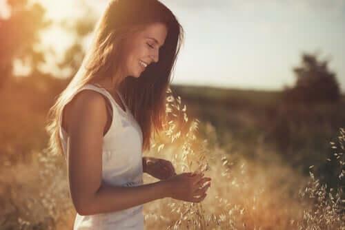 Başakların arasında gülümseyen bir kadın.