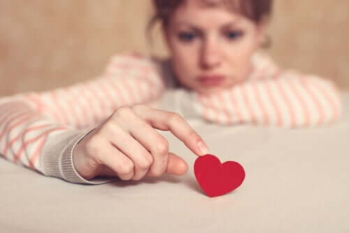 kalp tutan bir kadın