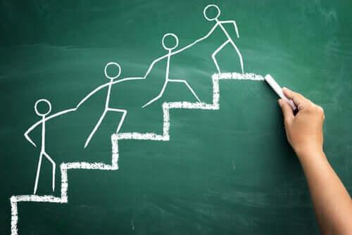 merdivenden çıkarken birbirine yardım eden insanlar
