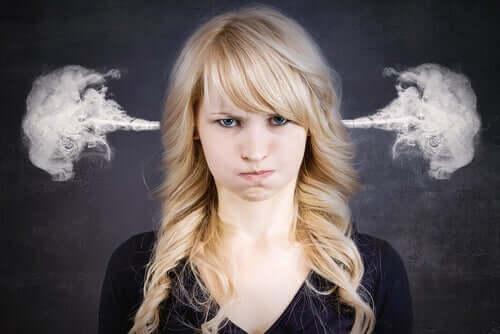 Kulaklarından duman çıkan bir kadın.