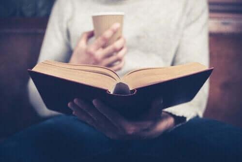 Kitap okumak ile meşgul olan bir kişi.