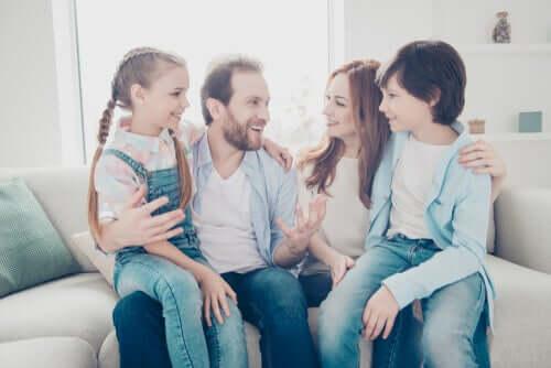 oturup konuşan bir aile