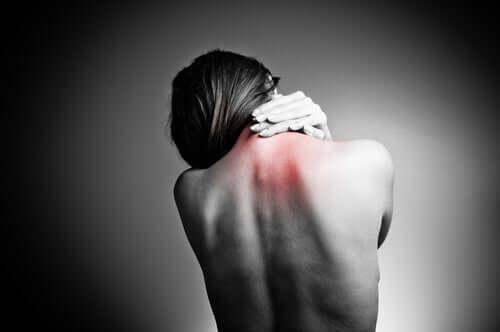 Sırtı ağrıyan bir kadın