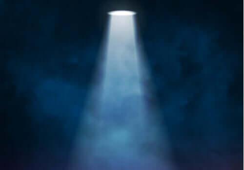 Spot Işığı Etkisi: Neden Herkes Size Bakıyor Gibi Görünür