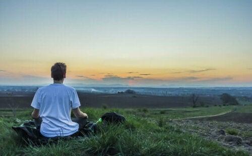 Vipassana meditasyonu yapan bir kişi.