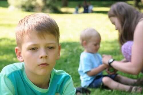 Annesinin kardeşi ile ilgilenmesini kıskanan bir oğlan çocuğu.