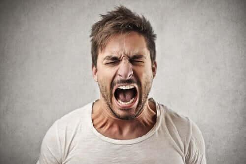 Bağıran bir adam.