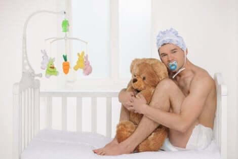 ayısına sarılmış bebek adam ve Parafilik infantilizm