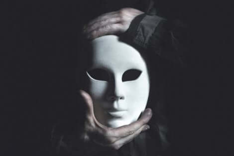 beyaz maske ve maske takmak