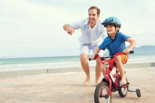 Oğluna bisiklet sürmeyi öğreten bir baba.