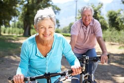 Bisikletli yaşlı çift