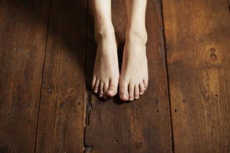 ahşap zemin üstünde çıplak ayaklar ve Topraklama tekniği