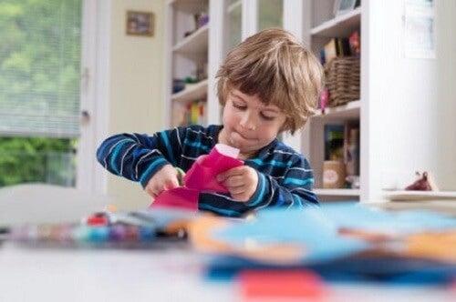 Oyuncakları ile oynayan bir oğlan çocuğu.