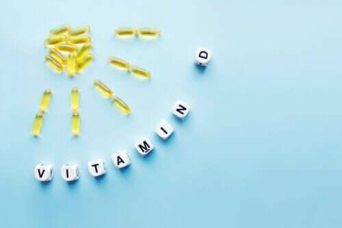 Bir masada duran pek çok D vitamini kapsülü.