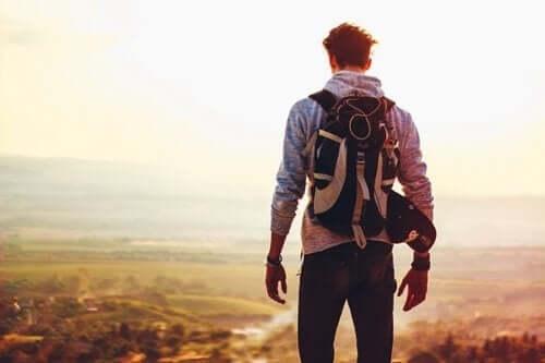 Dağın başında sırt çantalı bir adam