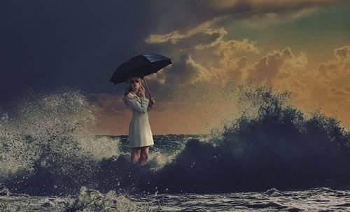 Deniz içerisindeki kadın figürü