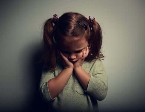 Duygusal anlamda kopmaya neden olan sevgisizlik çocuklara büyük zarar veriyor.