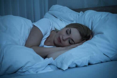 İyi bir gece uykusu uyuyan bir kadın.