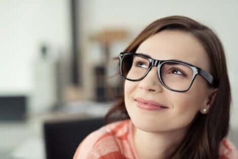 düşünce yapısı ile gözlüklü mutlu kadın
