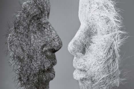 birbirine bakan iki maske