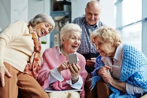 Birlikte güzel zaman geçiren süper yaşlılar